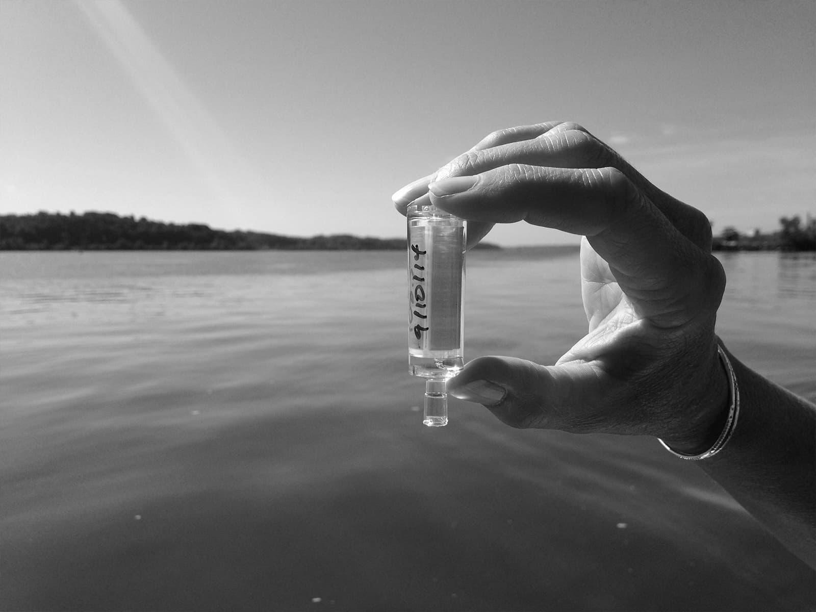 بين الماء والسّماء: النفايات البلاستيكية
