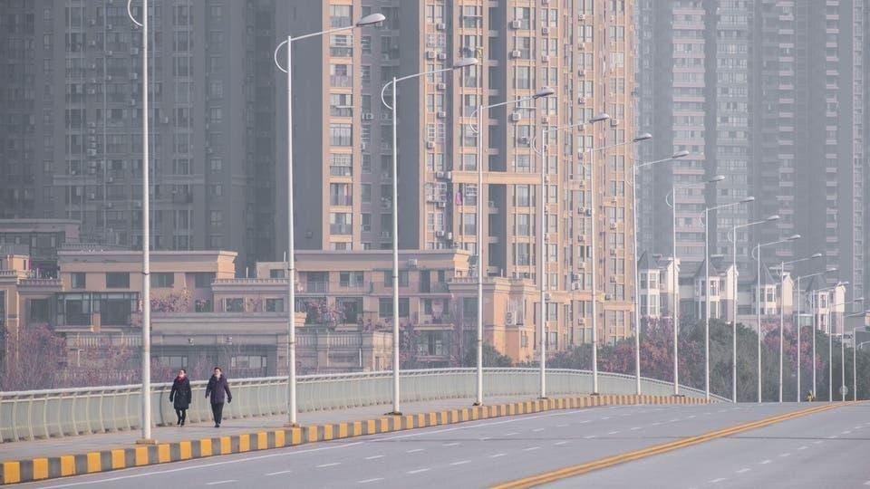 محنة المعزولين /  صورة من مدينة ووهان الصينية وقد خلت شوارعها من السكان (المصدر العربية)