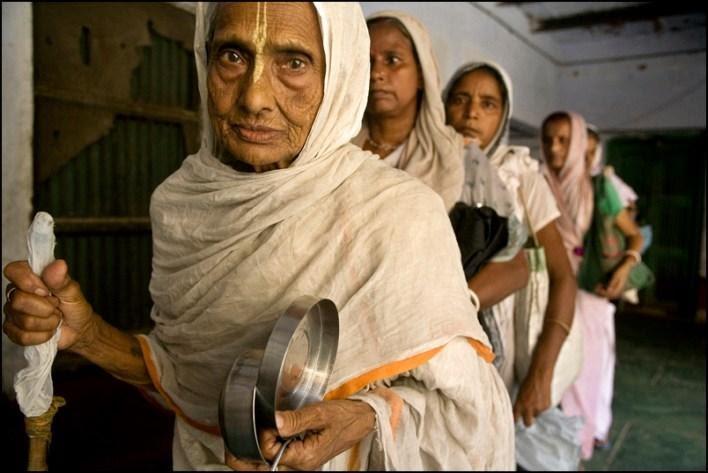 محنة المعزولين / أرامل هنديات يعشن في بيوت للأرامل الجدات