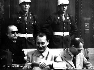 محنة المعزولين / من محاكمات نورنبرغ: في المنتصف المارشال النازي هيرمان گورينگ. المصدر دويتشة فيله