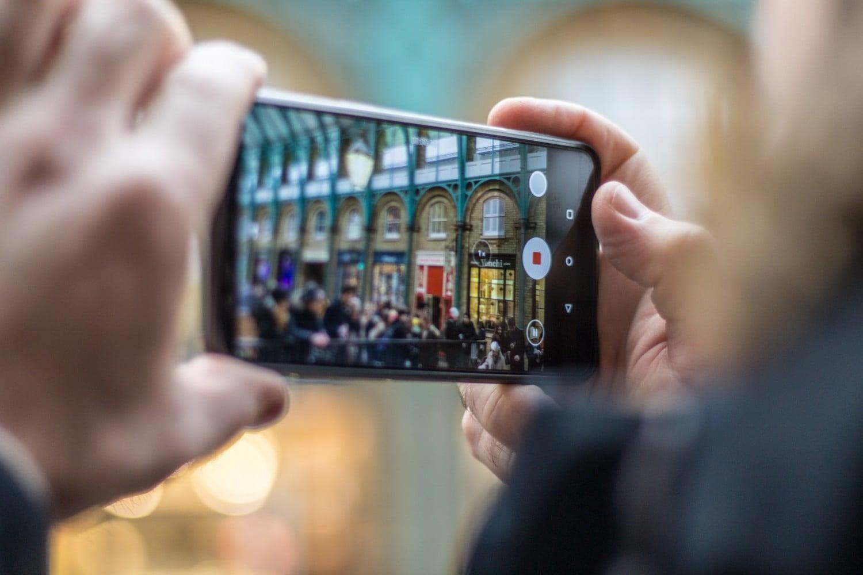 هل التصوير في الأماكن العامة جريمة؟