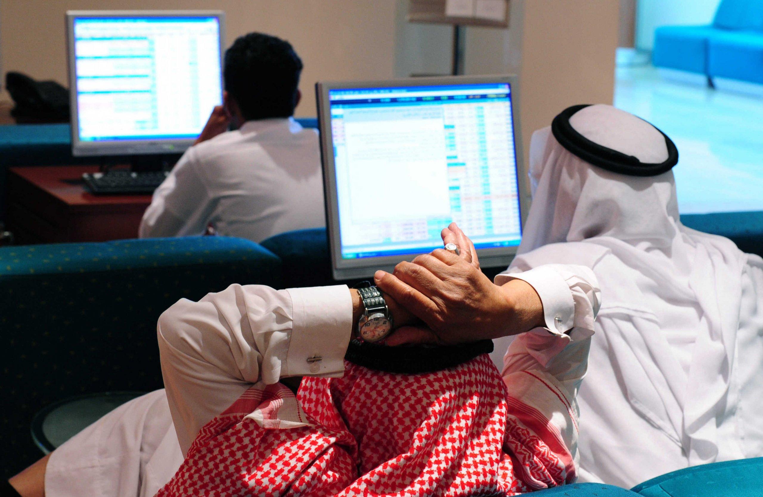 لِم لا يزال خط أرباح الشركات مسطّحًا رغم النموّ الاقتصادي في دول الخليج العربية